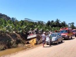 Equipes prestando atendimento a vítimas de acidente em Luiz Alves - foto do CBMSC