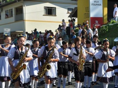 Desfile de Oktoberfest na Vila Itoupava