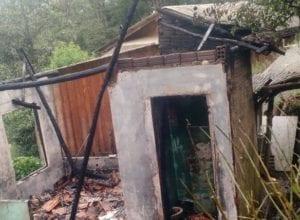 Residência foi destruída por incêndio no bairro Fidélis - foto do CBMSC
