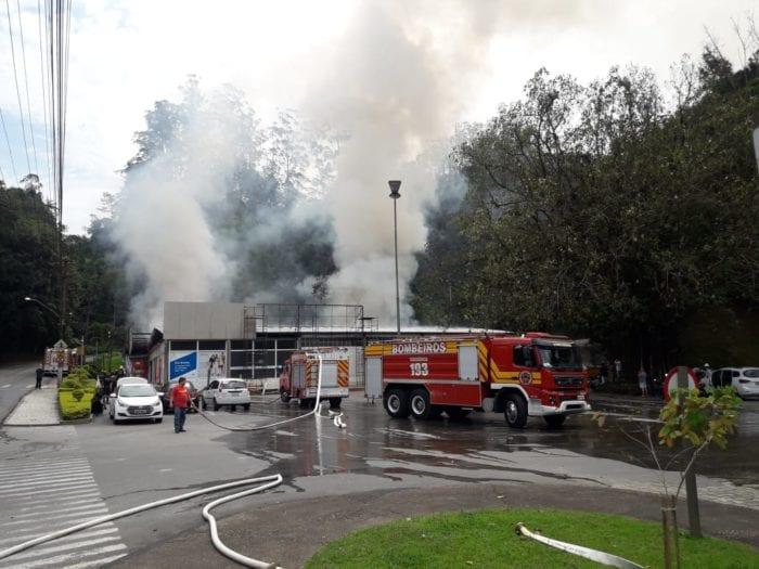 Bombeiros durante combate a incêndio no outlet da Hering - foto de Wellington Civiero/NW Blumenau