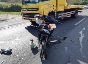 Motocicleta após acidente na BR-101 - foto da PRF