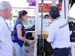 Fiscalização em posto de combustível em Blumenau - foto da Polícia Civil