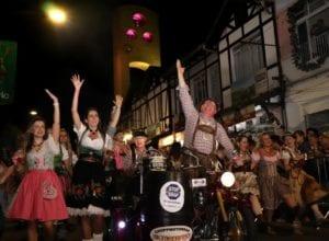 Mais de 100 atrações desfilam pela Rua XV de Novembro a partir das 19h30 - foto de Marcelo Martins