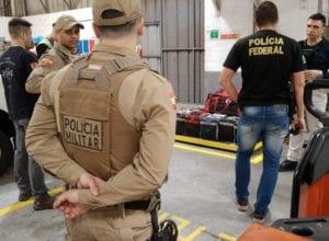 Pesagem da droga encontrada em contêiner no Porto de Navegantes - foto da PM