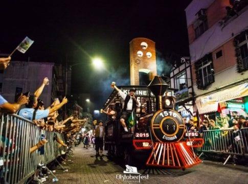 Desfile da Oktoberfest pela Rua XV de Novembro - foto do site oficial