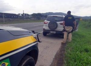 Veículo roubado em Blumenau e recuperado na BR-470 - foto da PRFSC