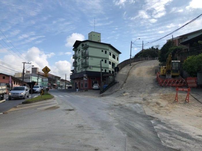 Trânsito na Rua Agrolândia interrompido para colocação de tubulação