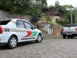 Policiais na Rua Arapongas onde homem foi baleado - foto de Jefferson Santos / Notícias Vale do Itajaí