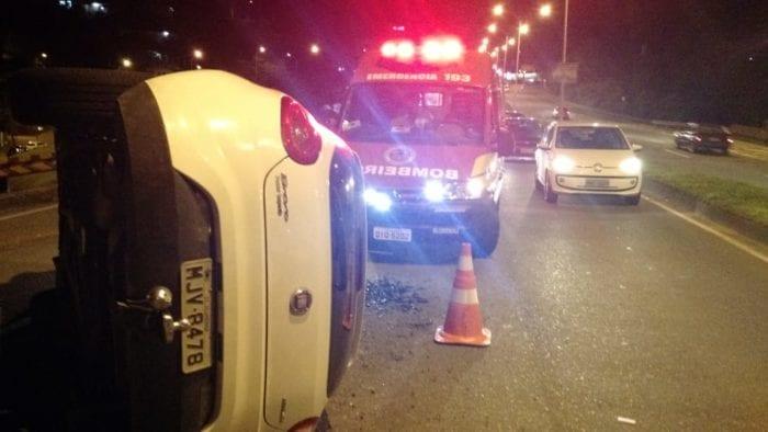 Veículo Fiat Bravo capota na Via Expressa em Blumenau - foto do CBMSC