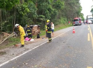 Bombeiros Voluntários durante atendimento ao acidente na BR-470 - foto do CBVI