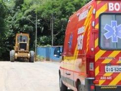Máquina niveladora após acidente no bairro Passo Manso - foto de Jefferson Santos / Notícias Vale do Itajaí