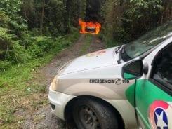 Veículo utilizado pelos criminosos foi queimado em meio a mata - foto da PMSC