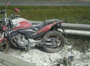 Motocicleta colidiu com mureta e se incendiou - foto da PRFSC
