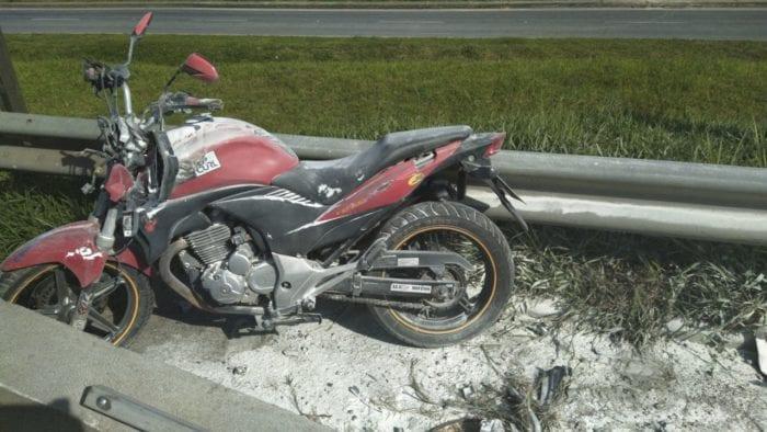 Motocicleta que colidiu com mureta na BR-101 - foto da PRFSC