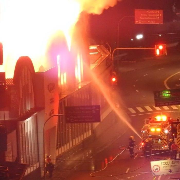 Bombeiros durante trabalho de combate a incêndio na Rua São Paulo - foto de Thomas Sens