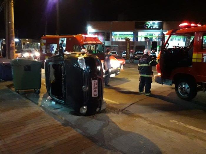 Veículo de motorista embriagada tombou na Rua Amazonas - foto de Wellington Civiero /NW Blumenau