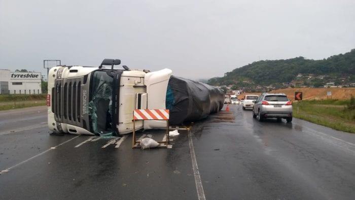 Caminhão tomba sob a BR-470 em Gaspar - foto de Belmiro Avancini