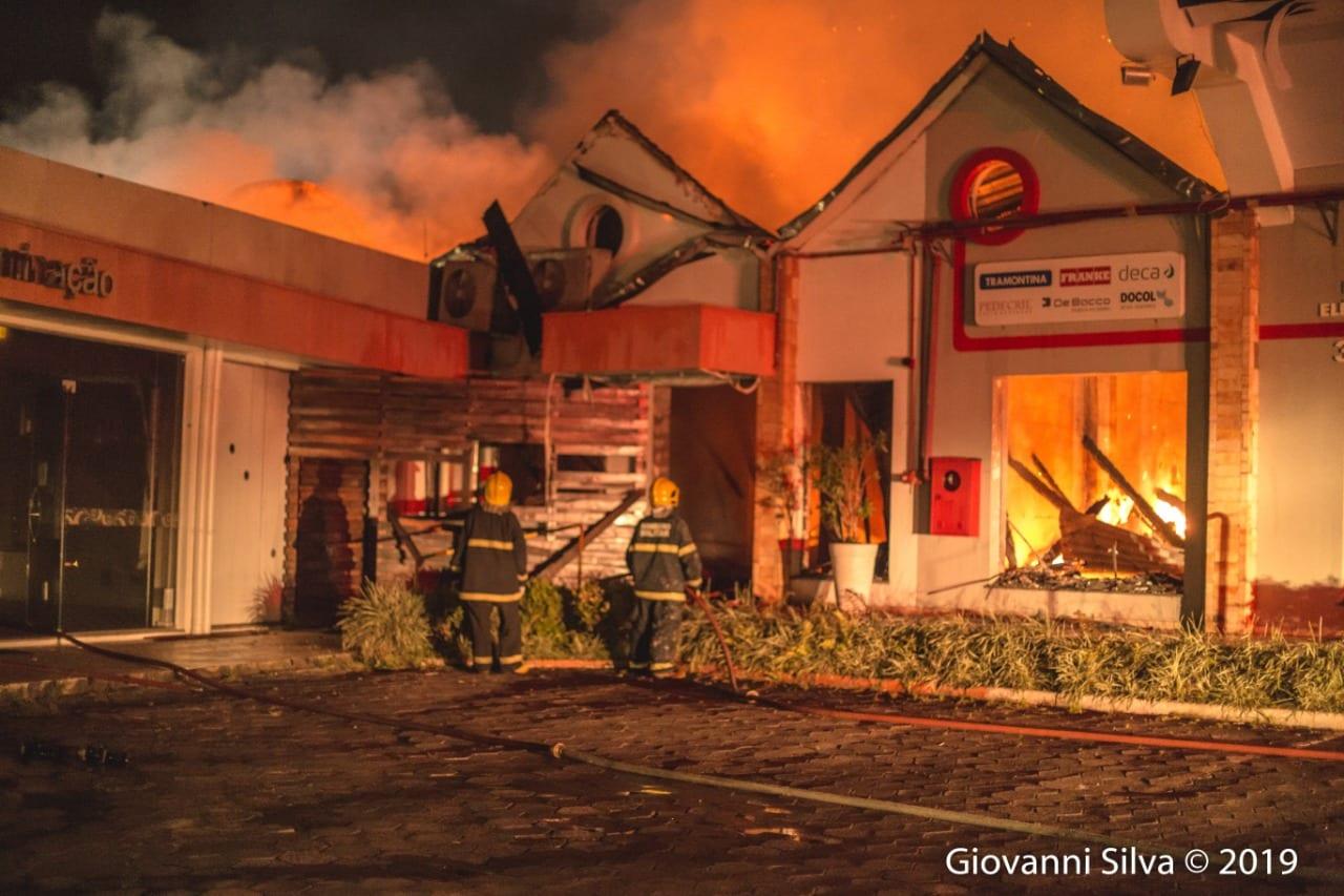 Restou apenas as fachadas dos imóveis durante o incêndio - foto de GIovanni SIlva