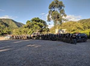 Parte dos policiais que participaram das buscas em Apiúa