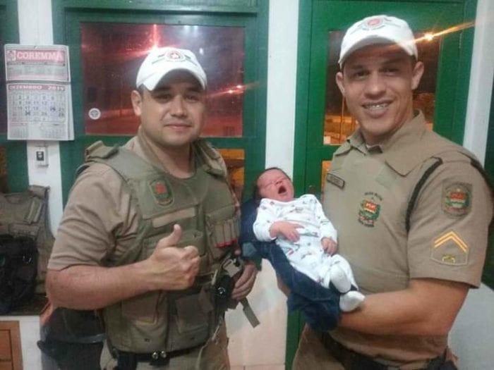 Policiais militares rodoviários salvaram o pequeno Robson - foto da PMRv