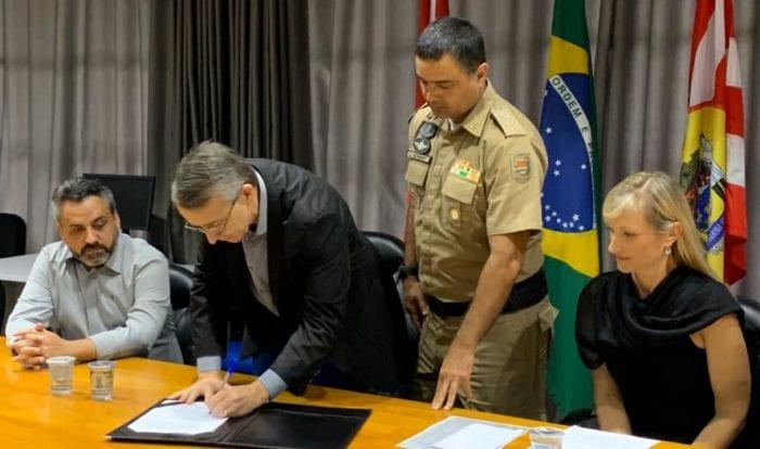 Prefeito Mário durante solenidade com comandante Jefferson Schmidt - foto da Prefeitura