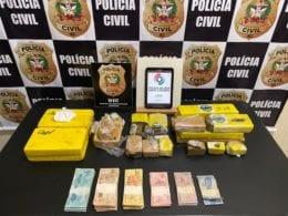 Dez quilos de drogas e dinheiro apreendido em ação - foto da Polícia Civil