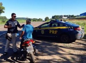 Policial rodoviário durante fiscalização em Santa Catarina - foto da PRF