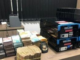 Dinheiro e gavetas de caixas eletrônicos recuperados pelas polícias - foto da Polícia Civil