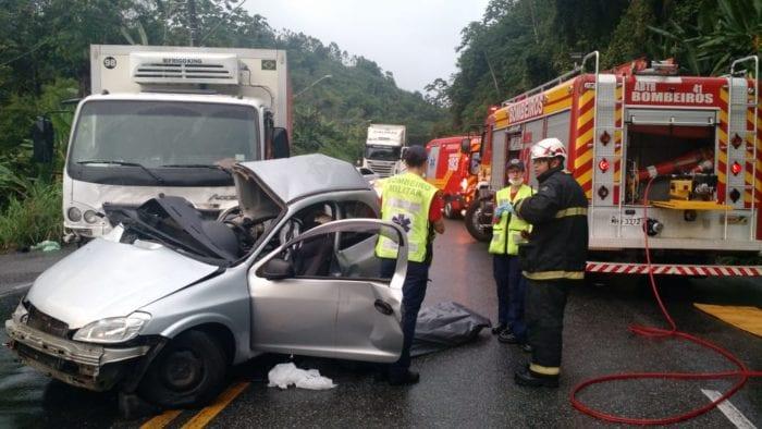 Bombeiros durante socorro a vítimas de acidente na Serra da Vila - foto do CBM