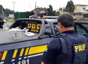 Policial rodoviário durante fiscalização com drone nesta quarta-feira - foto da PRF