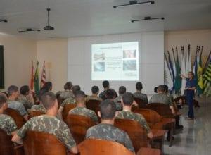 Soldados durante capacitação sobre as formas de combate a dengue - foto de Michele Lamin