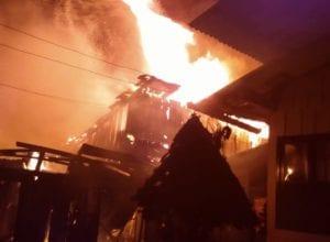 Kitnets são destruídas por incêndio na Itoupava Norte - foto do Corpo de Bombeiros