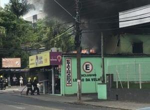 Bombeiros durante combate a incêndio na Rua João Pessoa - foto da internet