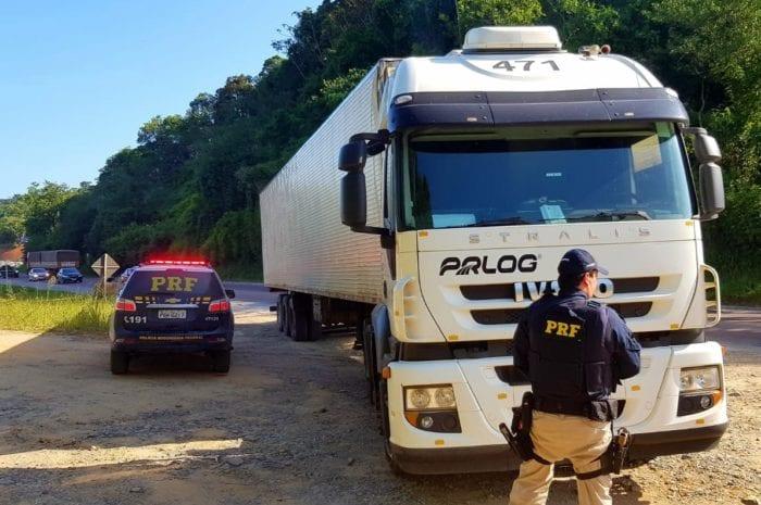 Policial rodoviário após prisão de motorista embriagado na BR-470 em Blumenau - foto da PRF