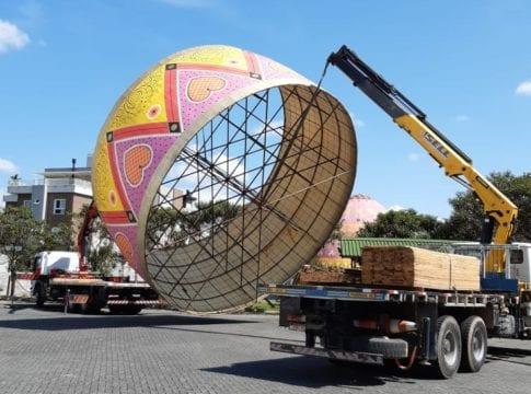 Ovo gigante de Romero Britto começa a ser montado para a Osterfest - foto da divulgação da festa