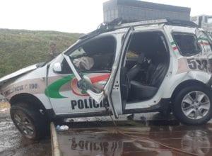 Viatura destruída após acidente na BR-101 em Içara - foto da PRF