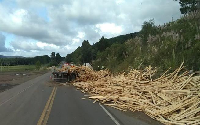 Carga espalhada sob a BR-470 após acidente no Oeste de Santa Catarina