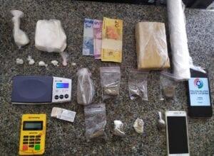 Drogas e materiais apreendidos com foragido na Itoupava Central - foto da Polícia Militar