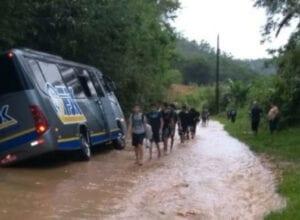 Micro-ônibus ficou preso em vala de rua do bairro Limeira, em Brusque
