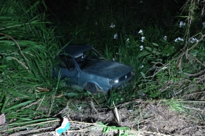 Veículo Gol saiu da pista e caiu em uma ribanceira - foto do Corpo de Bombeiros