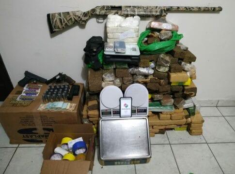 Drogas e armas apreendidas no bairro Fortaleza - foto da Polícia Militar