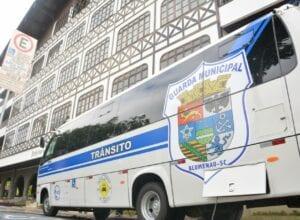 Ônibus foi adquirido com recursos das multas de trânsito - Michele Lamin