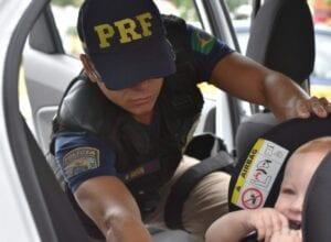 Policial rodoviário durante fiscalização - foto da PRF