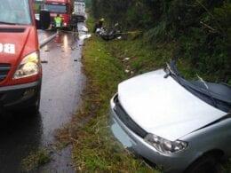 Veículo Fiat Siena foi partido na colisão