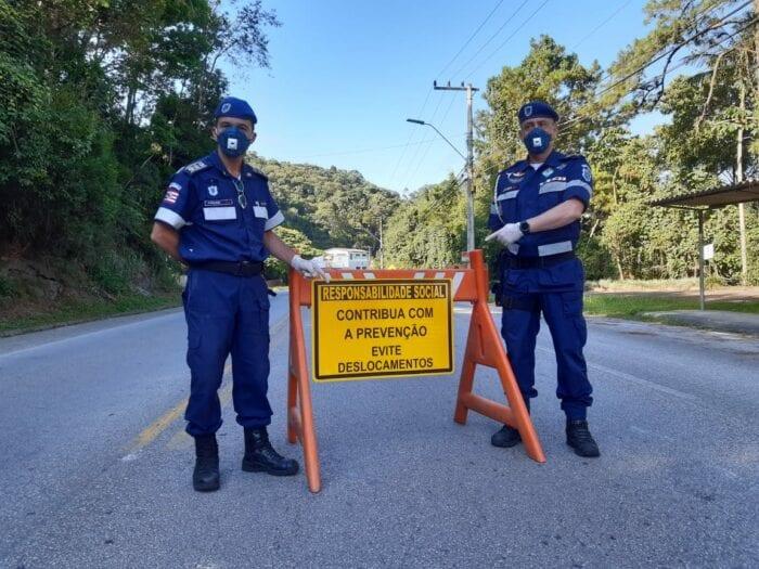 Guardas de Trânsito em barreira de orientação em Blumenau - foto da Guarda de Trânsito