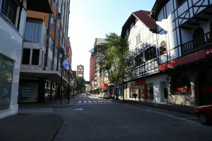 Rua XV de Novembro vazia em plena quinta-feira - foto de Giovanni Silva