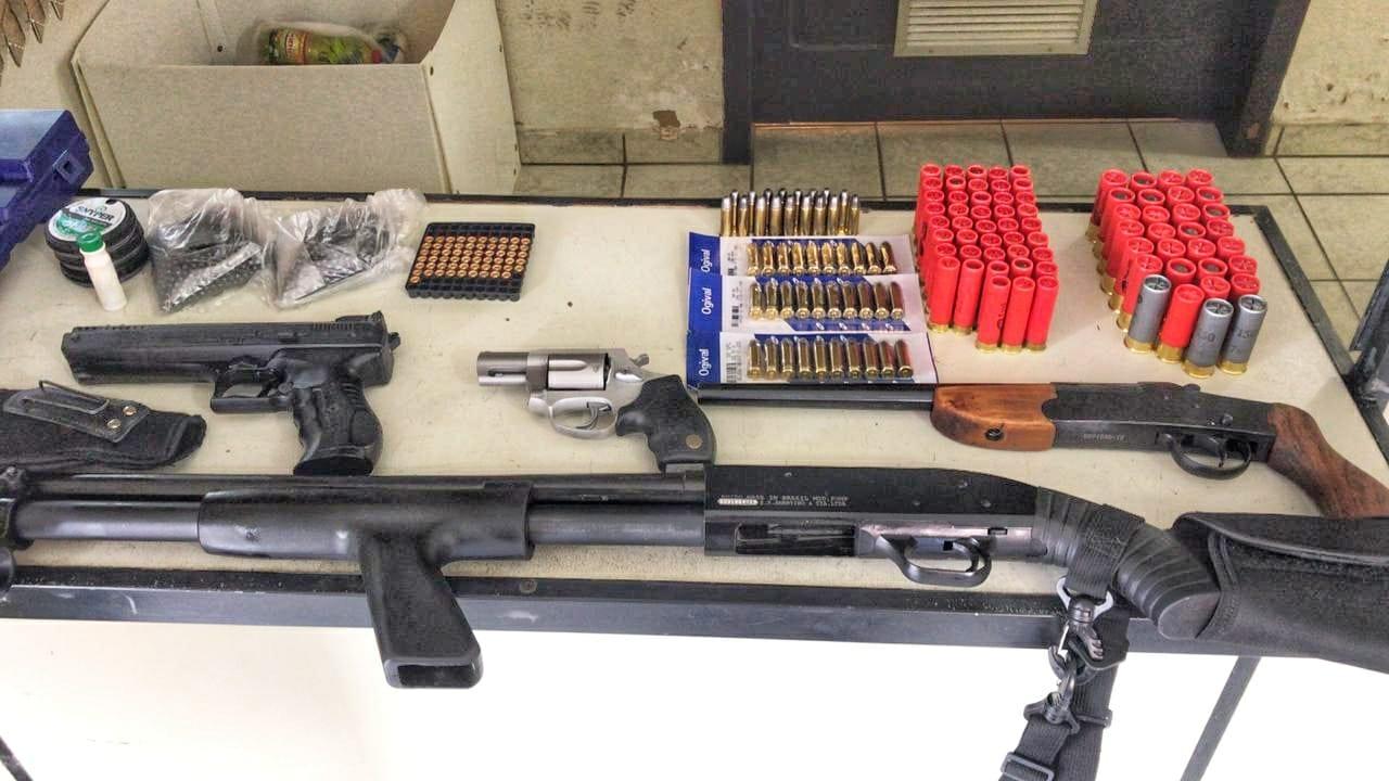 Armas apreendidas com homem que atirou em direção a esposa - foto da Polícia Militar