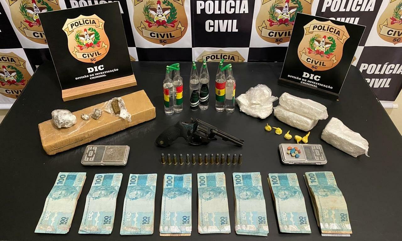 Arma, drogas e dinheiro apreendidos na Itoupava Central - foto da Polícia Civil