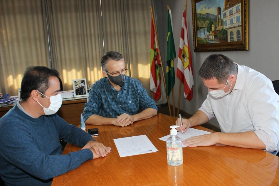 Prefeito Mário Hildebrandt durante assinatura de ordem de serviço para reservatório - foto de Marcelo Martins