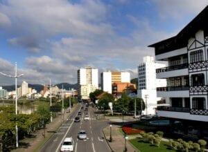 Avenida Beira Rio em frente a Prefeitura de Blumenau - foto de Marcelo Martins